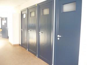 De deuren in de gang boven zijn geschilderd.