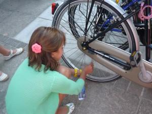 Eerste les in fietstechnieken: hoe bevestig ik fluostrips?