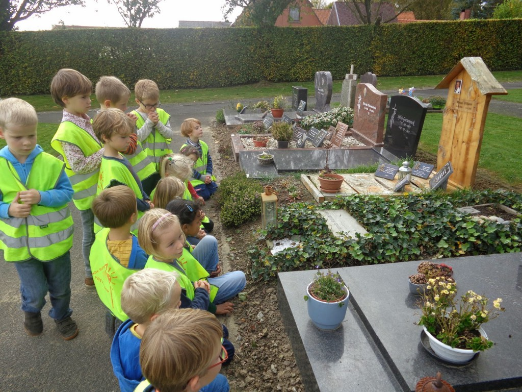 Het 1ste leerjaar bezoekt het kerkhof.
