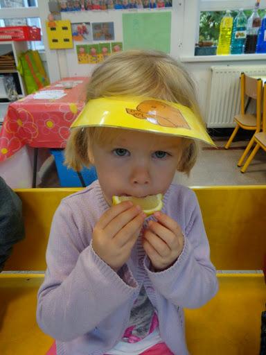 de kinderen van het 1ste kleuter niet eens zuur kijken als ze citroen proeven!